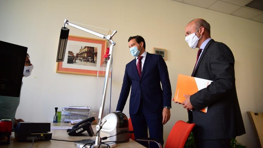 Los portavoces parlamentarios de PP y Ciudadanos, Raúl de la Hoz y David Castaño, presentan el documento en el registro de las Cortes.
