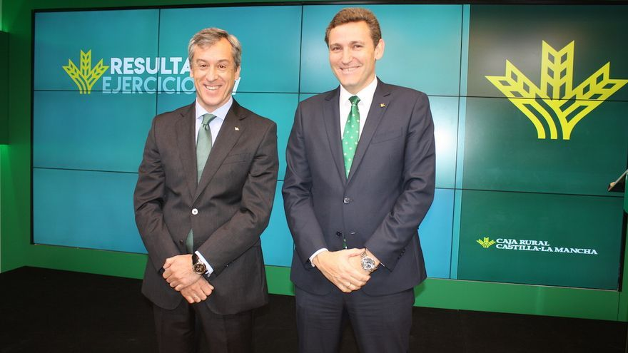 El presidente de la entidad financiera, Javier López, y el director general, Víctor Manuel Martín. FOTO: Caja Rural CLM