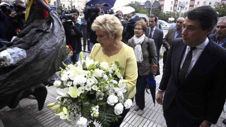 González y Pedraza depositan flores en un monumento por las víctimas de ETA