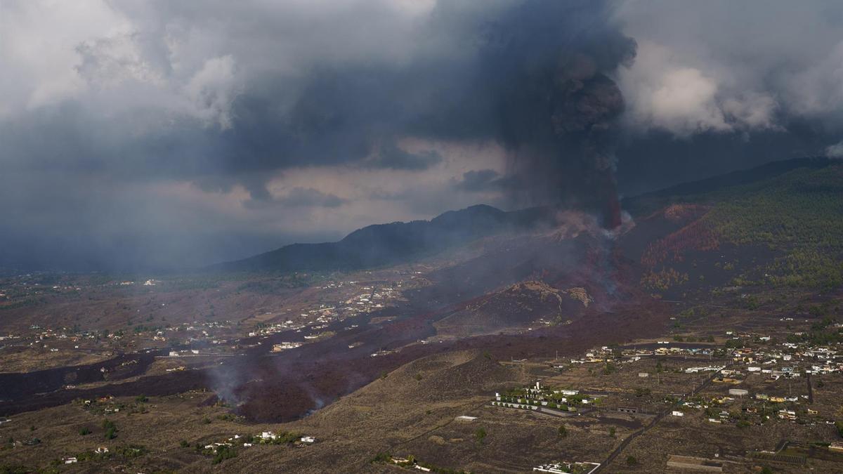 Vista tomada desde un helicóptero del volcán de la isla de La Palma en su quinto día de actividad.
