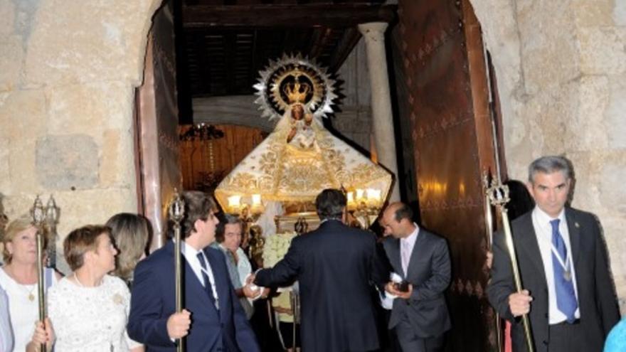 Cofrades con la imagen de la Virgen de la Peña