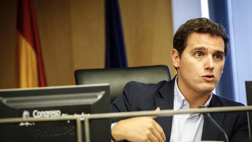 """Rivera critica que el PSOE pida diálogo con los """"golpistas"""" en Cataluña y le insta a dejar la """"equidistancia"""""""