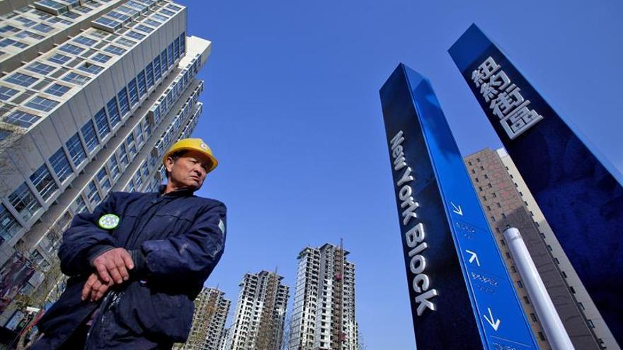 """El economista jefe del banco central chino pide frenar la """"burbuja"""" inmobiliaria"""