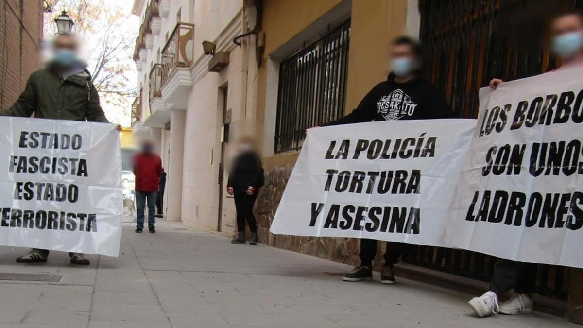 Participantes en el acto de respaldo de los dos antifascistas en el día que fueron citados a declarar.