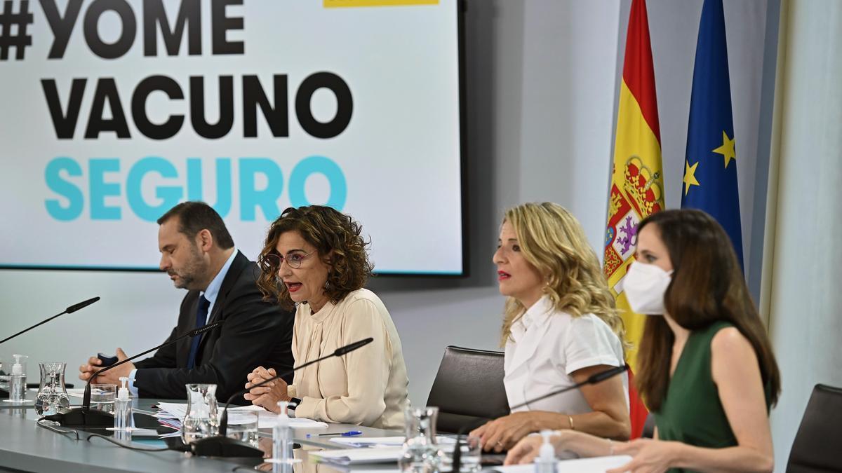 Los ministros de Transportes, José Luis Ábalos, y Derechos Sociales, Ione Belarra, flanquean a la vicepresidenta tercera, Yolanda Díaz, y la portavoz, María Jesús Montero, en una rueda de prensa tras una reunión del Gabinete.