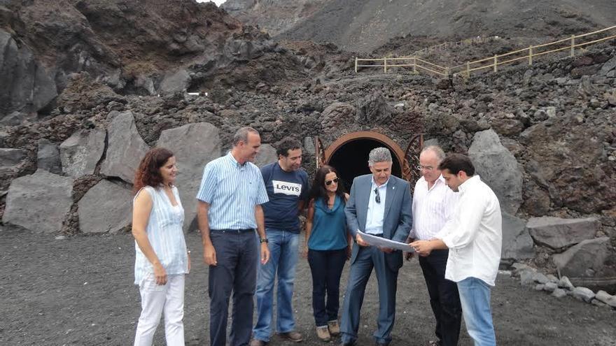 En la imagen, autoridades y técnicos, en la playa de Echentevita, ante la entrada de la galería de la Fuente Santa.