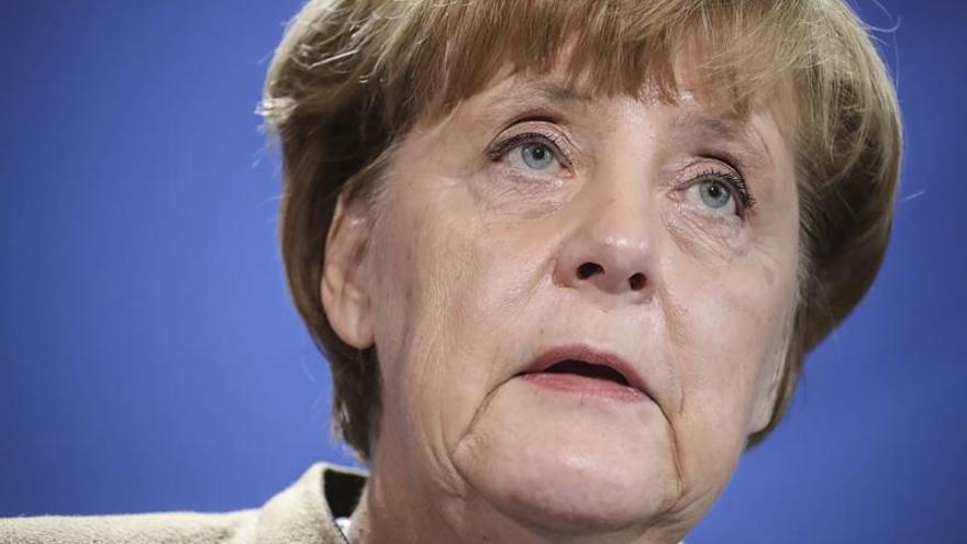 Merkel dice afrontar con optimismo 2017, pese al yihadismo y incisión en UE