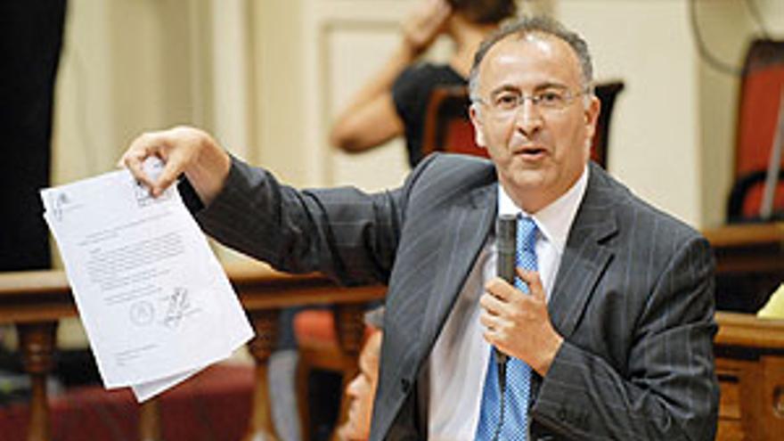 Francisco Hernández, Spínola, portavoz del PSC, durante una intervención en el Parlamento de Canarias.