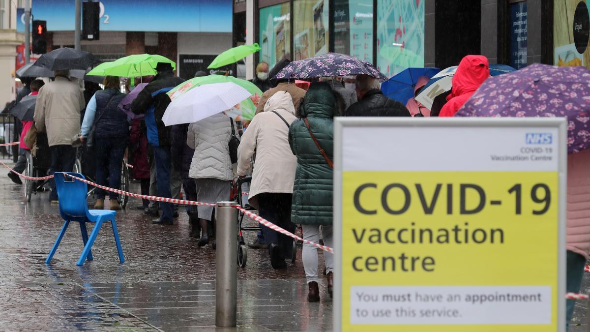 Ciudadanos hacen cola frente a un centro de vacunación contra el coronavirus en Folkestone, Reino Unido.