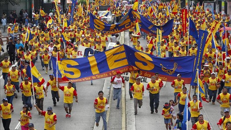 Sindicatos salvadoreños conmemoran Día Internacional del Trabajo con marcha