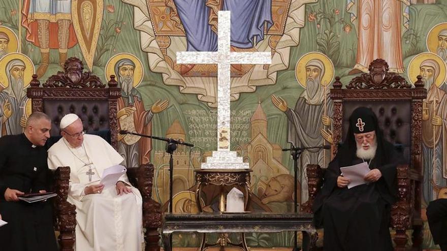 """El papa reza en una Iglesia caldea por la """"diáspora de los cristianos"""""""