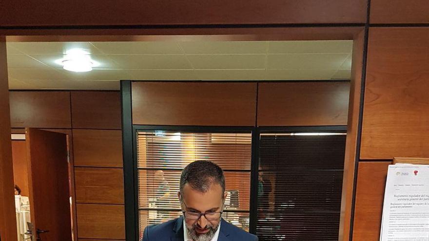 El portavoz autonómico de Cs, Mariano Cejas registrando la iniciativa en el Parlamento.