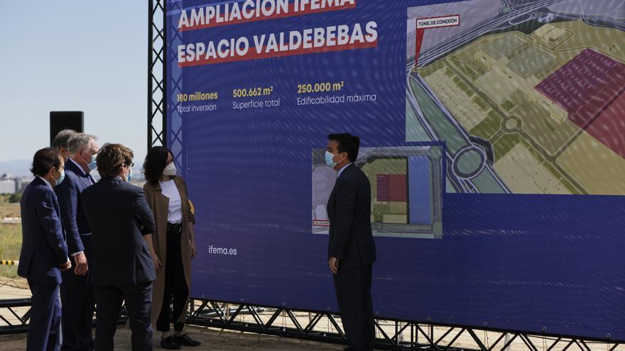 El director general del recinto ferial, Eduardo López-Puertas (1d); el alcalde de Madrid, José Luis Martínez-Almeida (3d); y la presidenta de la Comunidad de Madrid, Isabel Díaz Ayuso (2d), junto a otras personalidades durante el acto de presentación del comienzo de las obras de ampliación de IFEMA Valdebebas. En Madrid (España) a 8 de junio de 2020.