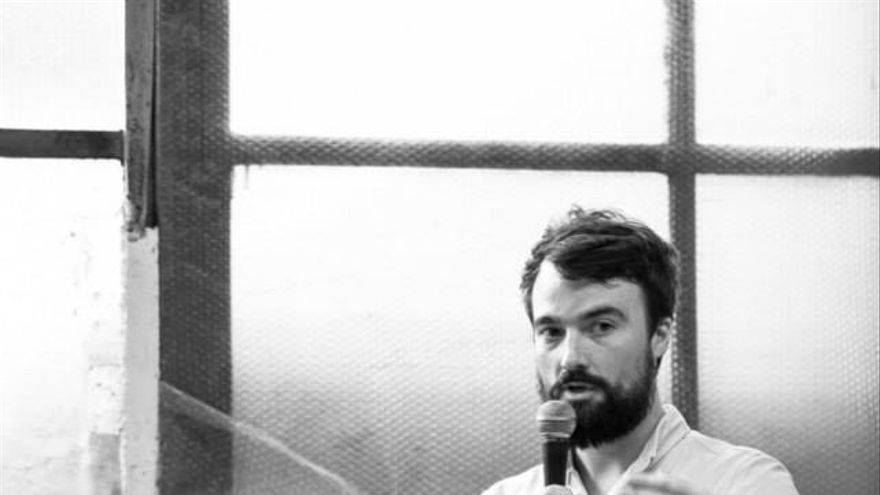 El periodista Mike Anane (izquierda) y Kevin McElvaney en la presentación de sus fotografías en Hamburgo
