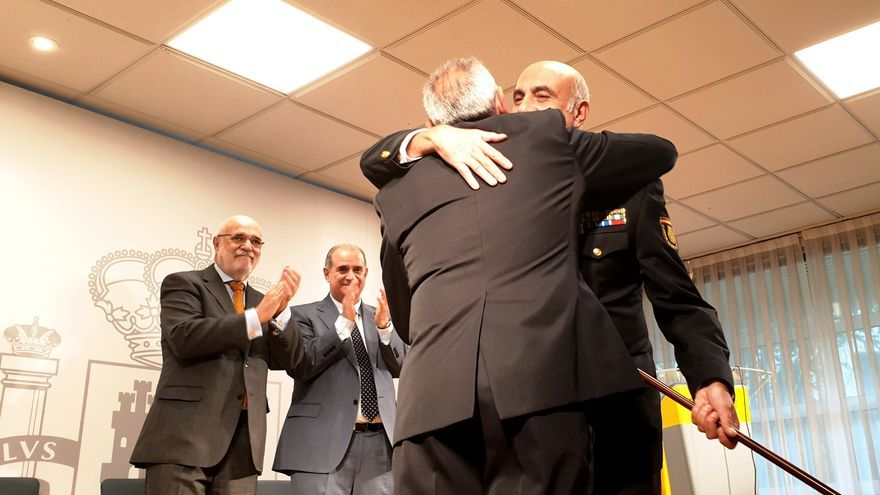 Cornejo, con una 'makila', tras tomar posesión como jefe de la Policía Nacional en el País Vasco