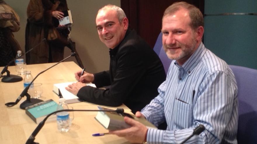 Antonio Rivera y Santiago de Pablo firman ejemplares de su libro.