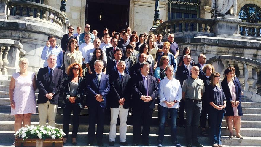 Representantes municipales y dirigentes políticos expresan su condena ante el Ayuntamiento de Bilbao