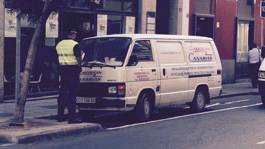 Agente Movilidad de Las Palmas de Gran Canaria multando a un vehículo (CANARIAS AHORA)