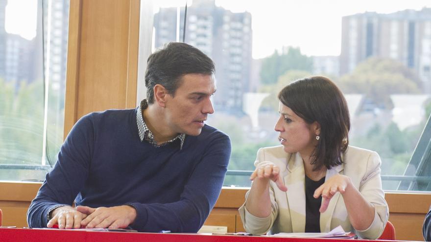 Pedro Sánchez y Adriana Lastra conversan en la reunión de la Ejecutiva del PSOE en Valladolid.