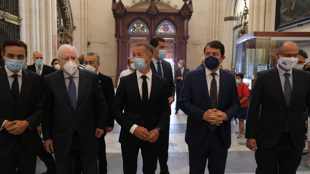 Autoridades en el aniversario de la Catedral de Burgos, en el centro el presidente del Senado Ander Gil y a su derecha el de la Junta de Castilla y León, Alfonso Fernández Mañueco