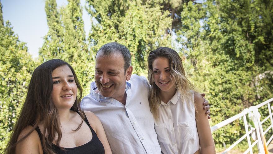 Sergio Haimovich con sus dos hijas mayores en el jardín de su casa