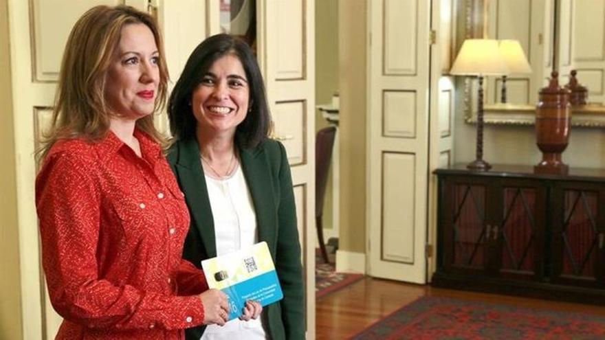 La consejera de Hacienda del Gobierno de Canarias, Rosa Dávila, en el momento de entregar a la presidenta del Parlamento regional, Carolina Darias, el proyecto de Ley de Presupuestos Generales de la Comunidad Autónoma de Canarias para 2016. (EFE/CRISTÓBAL GARCÍA)