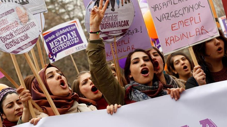Las feministas desafían el estado de emergencia en Turquía para denunciar los abusos