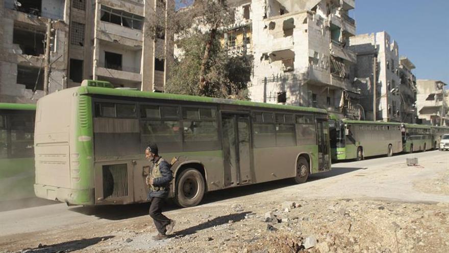 Los autobuses comienzan a entrar en los barrios sitiados del este de Alepo