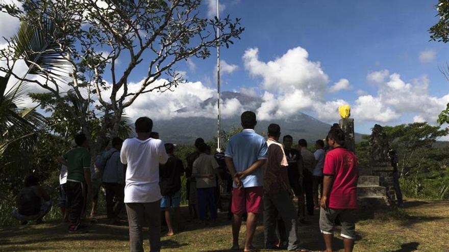 La vida continúa dentro de la zona de peligro del volcán Agung en Bali