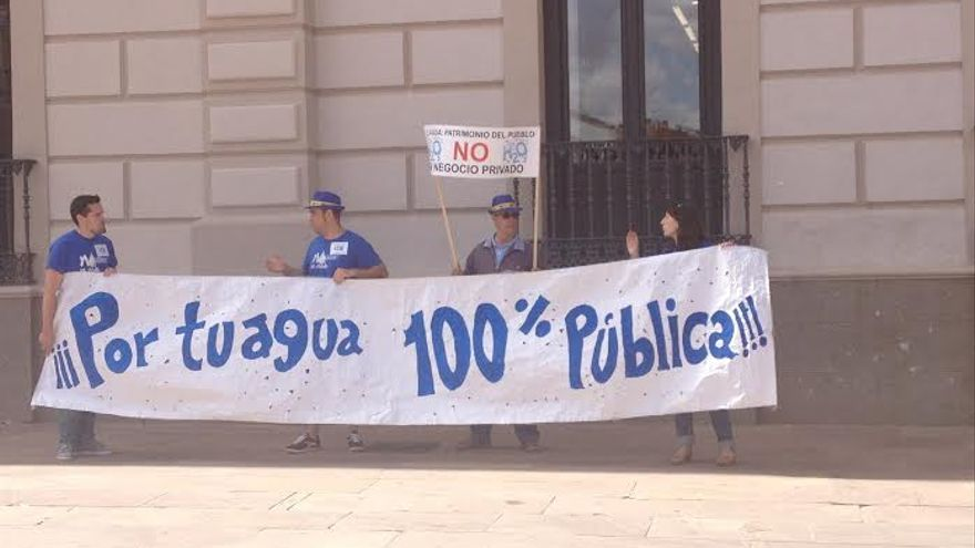 Pancarta Aguas Alcazar Publica / Foto: Javier Robla