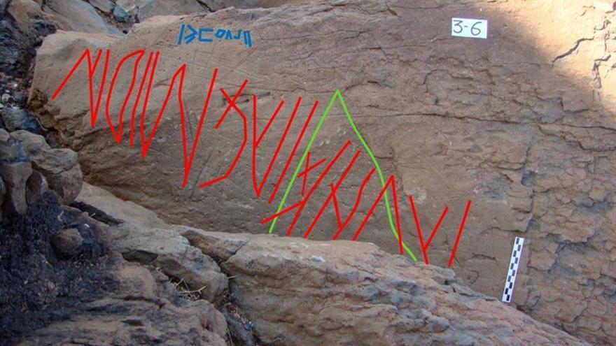 Un grabado rupestre que alude a un hijo, descendiente o miembro del clan de los Cemidán, confirma que en Fuerteventura y Lanzarote se empleó un lenguaje líbico antiguo escrito con caracteres latinos. EFE/ María Antonia Perera