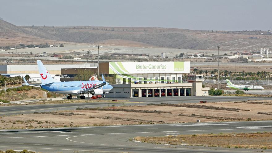 Avión aterrizando en el aeropuerto de Gran Canaria