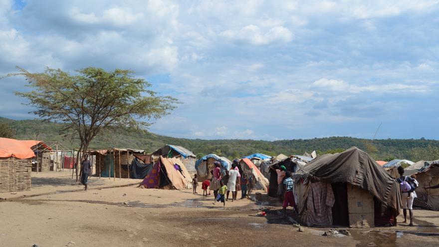 Las viviendas de los haitianos están hechas con palos, cartones y plásticos.