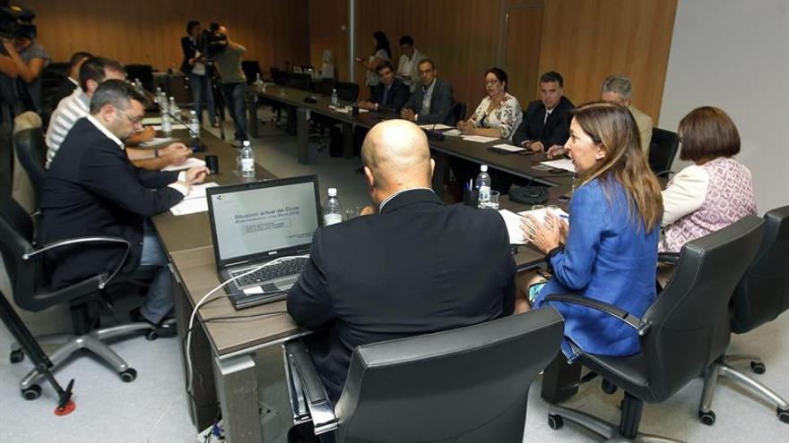 El Gobierno de Canarias constituyó este 13 de octubre el comité ejecutivo que coordinara en las islas la respuesta ante posibles casos de ébola, del que forman parte las consejerías de Sanidad y Seguridad, así como las federaciones de cabildos y ayuntamientos, entre otras entidades y que fue presidido por la consejera de Sanidad, Brígida Mendoza (2d). EFE/Elvira Urquijo A.