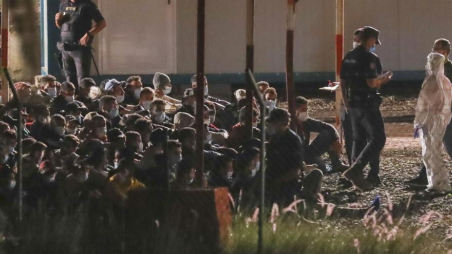 """El Defensor del Pueblo denuncia que los migrantes superan """"con creces"""" el límite legal de 72 horas en el campamento policial de Barranco Seco"""
