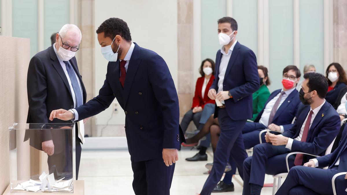 El cabeza de lista por Vox, Ignacio Garriga , durante una de las votaciones en el Auditorio del Parlamento de Cataluña