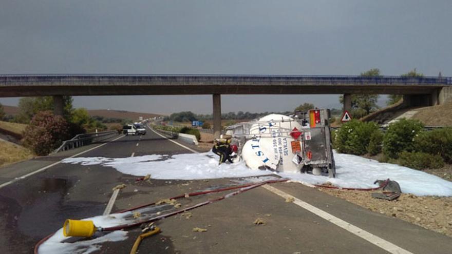 Camión cisterna volcado en la autovía.
