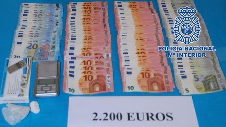 Dinero y droga incautada al detenido.