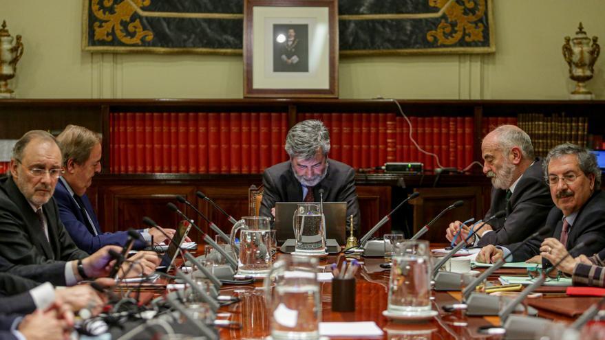 El presidente del Consejo General del Poder Judicial y del Tribunal Supremo (CGPJ), Carlos Lesmes, preside el pleno del CGPJ