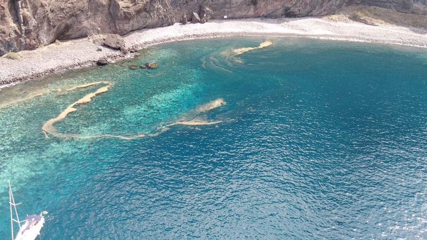Mancha con microalgas en la zona del acantilado de Los Gigantes, en Santiago del Teide (Tenerife)