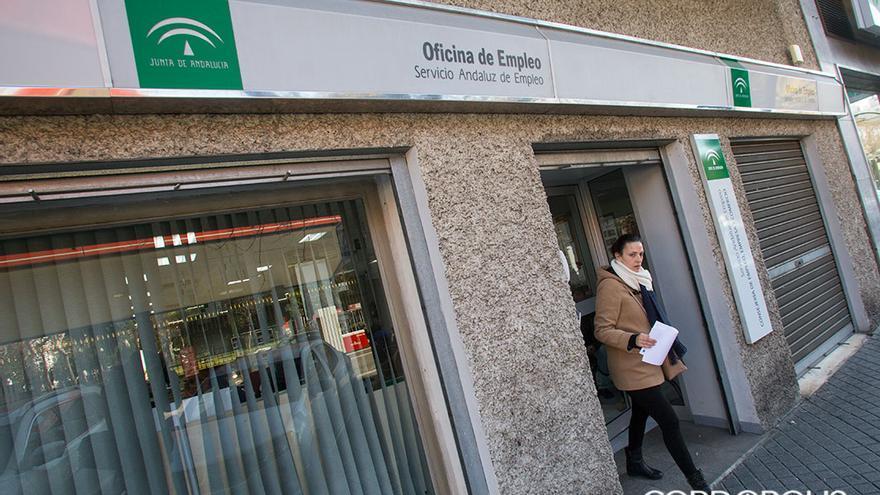 Una mujer sale de una Oficina del Servicio Andaluz de Empleo / MADERO CUBERO
