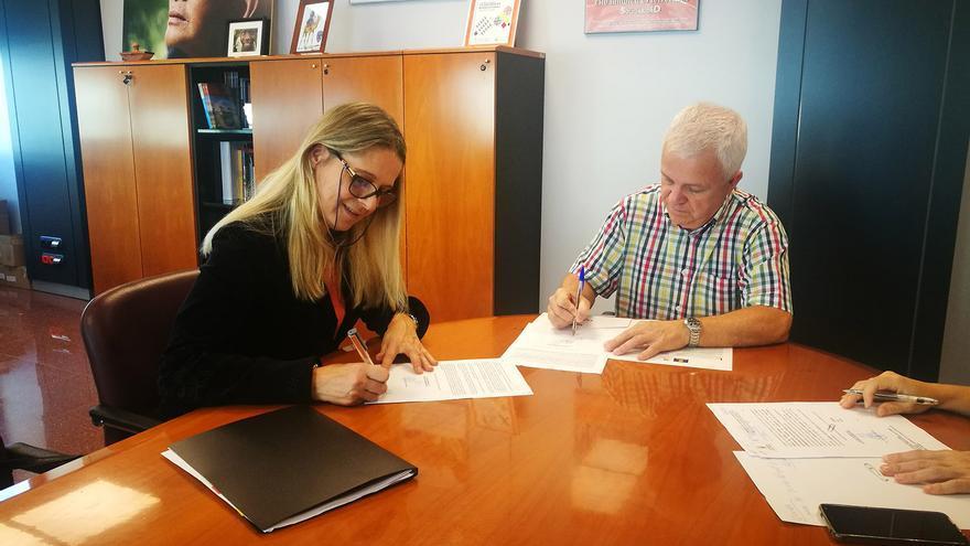 La presidenta de la UNRWA en España, Raquel Martí, firma el acuerdo con el consejero de Solidaridad Internacional del Cabildo de Gran Canaria, Carmelo Ramírez.