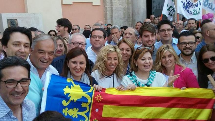 Dirigentes del PP valenciano en la concentración en defensa de la educación concertada