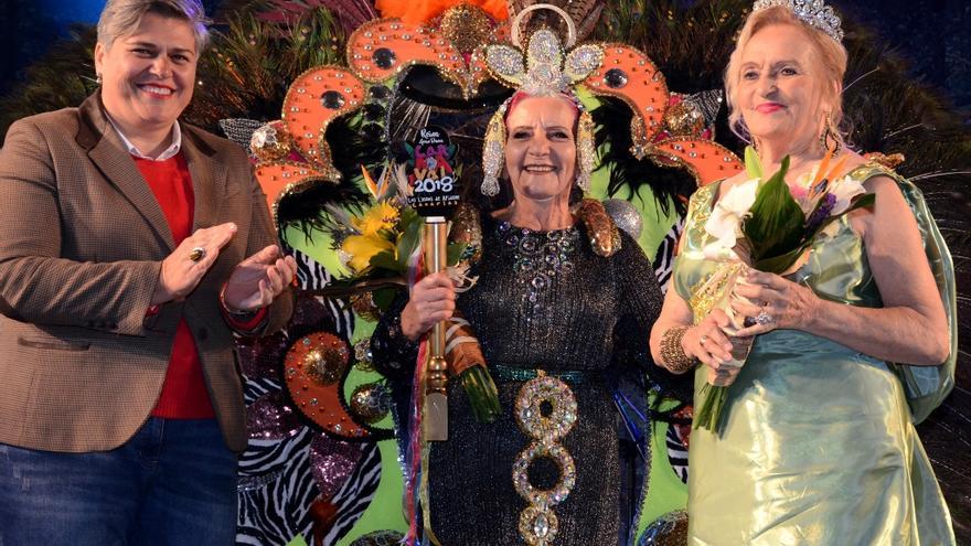Lupe Ventura Acosta (c), reina 'Gran Dama' del Carnaval de Los Llanos de Aridane 2018, con la alcaldesa, Noelia García, y María Victoria Martín Rodríguez, reina saliente.