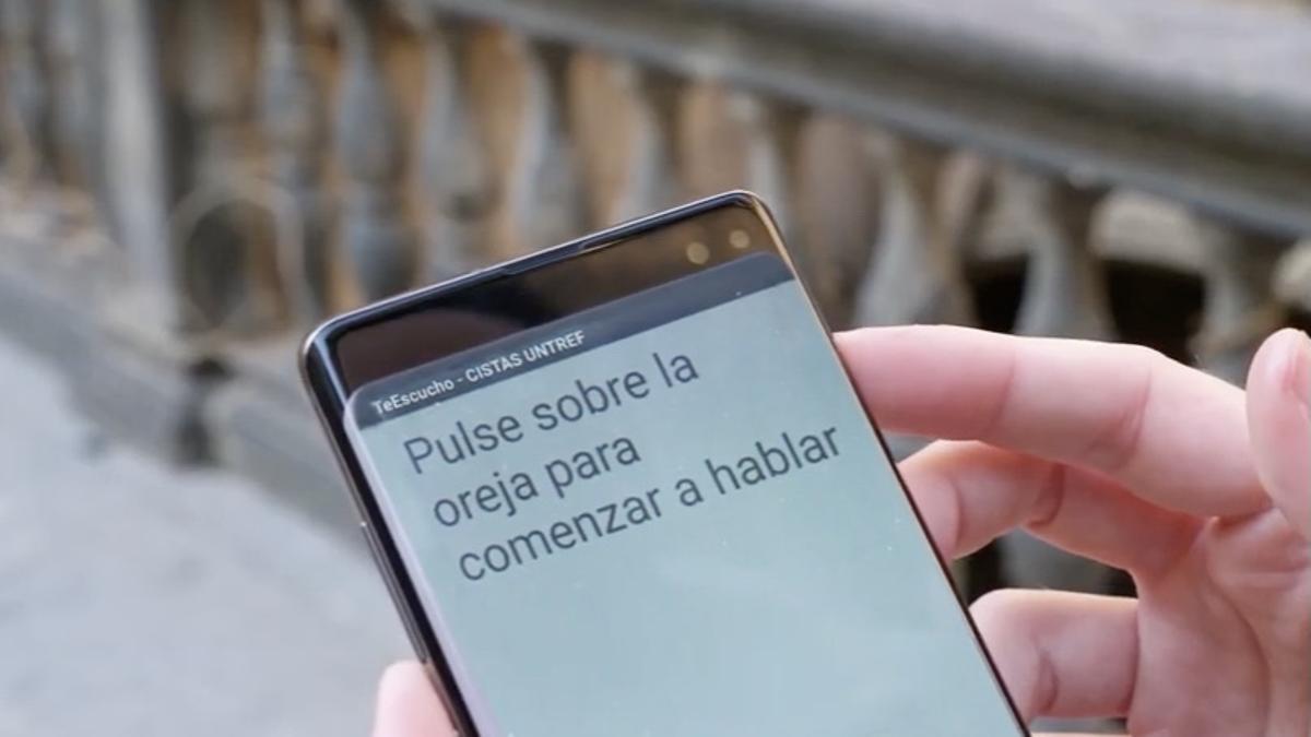La aplicación es simple e intuitiva: con un botón, convierte audio a texto. También se puede aumentar el tamaño de la letra.