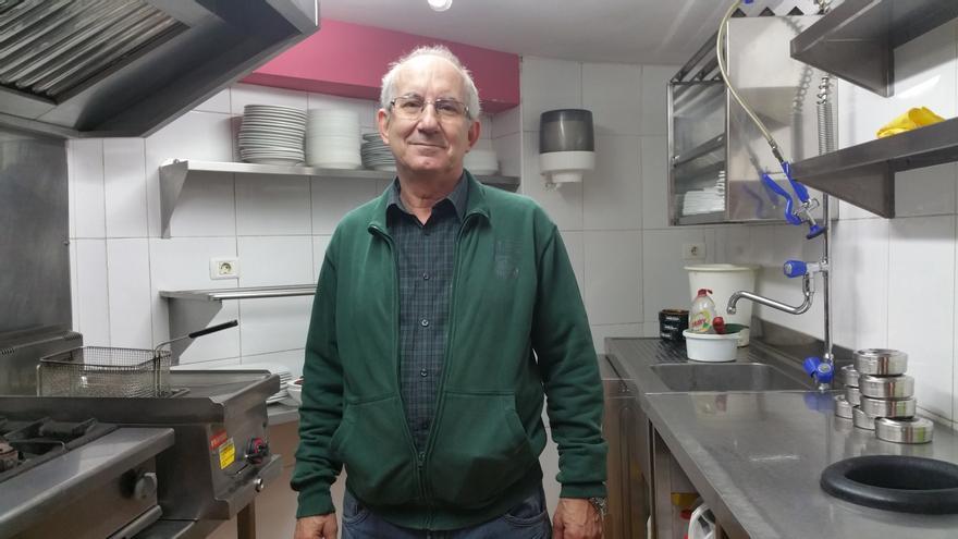 Carlos Hernández en la cocina del Kiosco Eliseo. Foto: LUZ RODRÍGUEZ