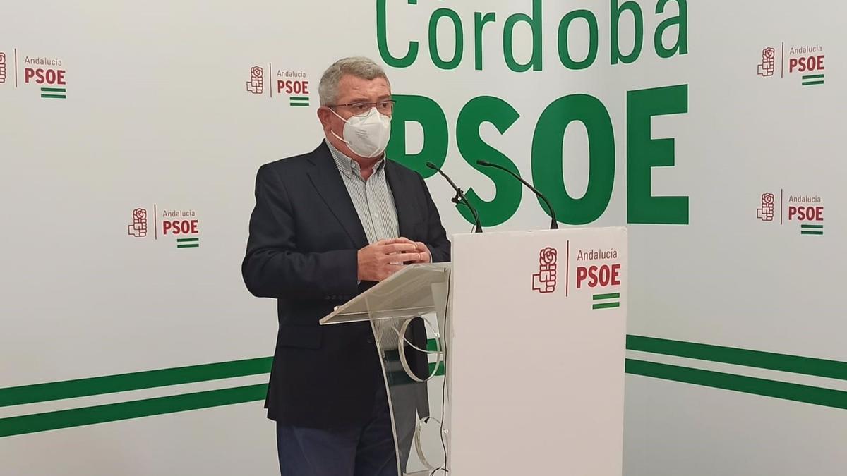 El portavoz del PSOE-A en la Comisión de Salud y Familias del Parlamento andaluz, el cordobés Jesús María Ruiz, en la sede de su partido en Córdoba.