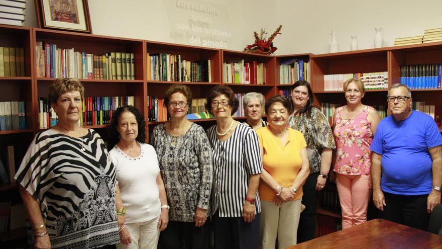 En la imagen, concejal de Bienestar Social e Igualdad de Oportunidad, Gazmira Rodríguez (tercera por la derecha), con el grupo de donantes de libros a la biblioteca del Centro de Día.