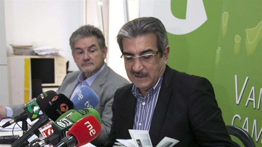 El presidente de NC, Román Rodríguez (c), el diputado Pedro Justo (i) y la exparlamentaria Carmen Hernández. (EFE/Ángel Medina G.).