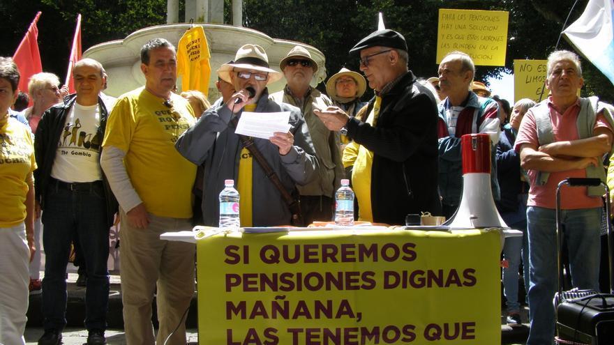 Julián Ayala, pensionista, lee el manifiesto en la plaza del Adelantado